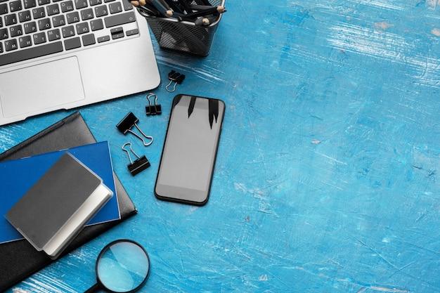 Escritorio de oficina con ordenador portátil, teléfono inteligente. vista superior con espacio de copia.