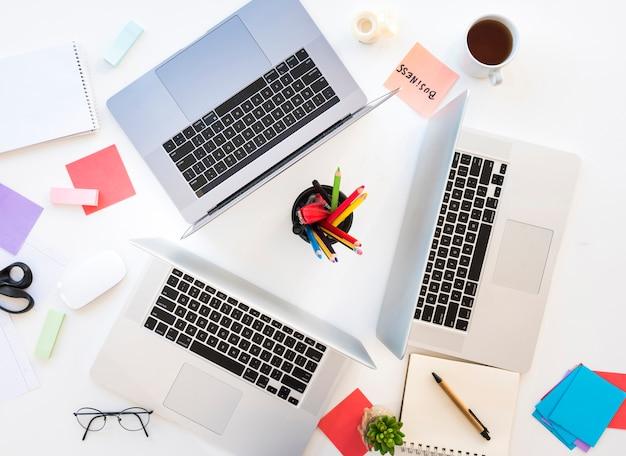 Escritorio de oficina con ordenadores portátiles