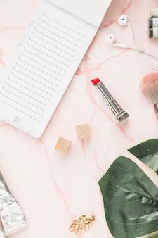 Escritorio de oficina con un pintalabios