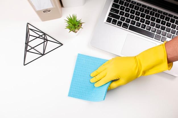 Escritorio de oficina que limpia a mano