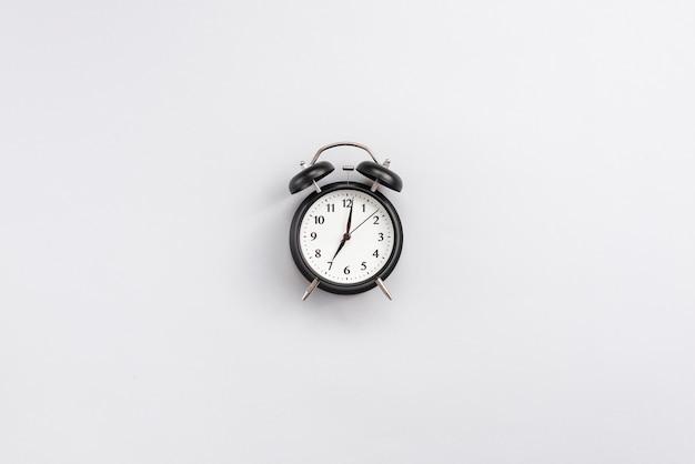 Escritorio de oficina con un reloj