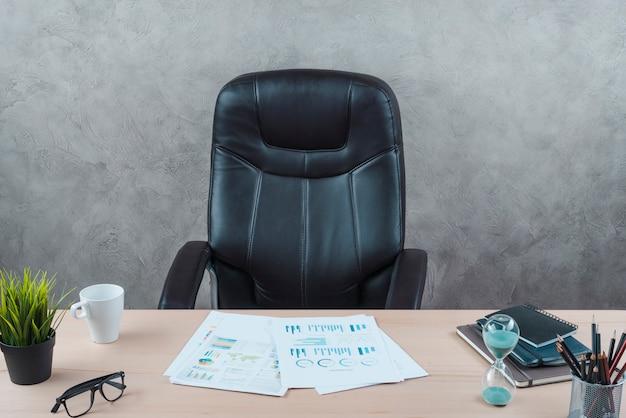 Escritorio de oficina con silla giratoria