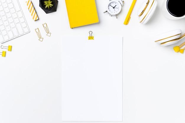 Escritorio de oficina superior con maqueta de nota de papel en blanco