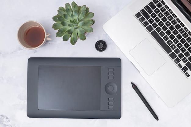 Escritorio de oficina con una tableta gráfica