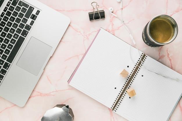 Escritorio de oficina con una taza de café y galletas