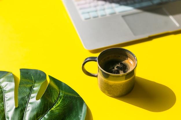 Escritorio de oficina con una taza de café