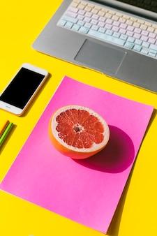 Escritorio de oficina con teléfono móvil y fruta