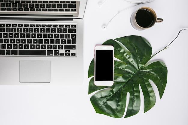 Escritorio de oficina con teléfono móvil