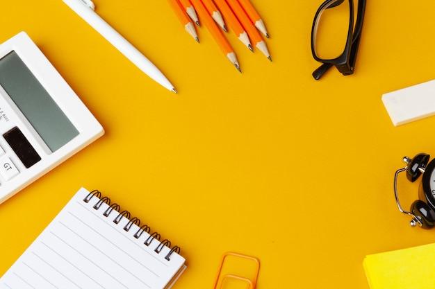 Escritorio de oficina verde con papelería blanca, espacio de copia