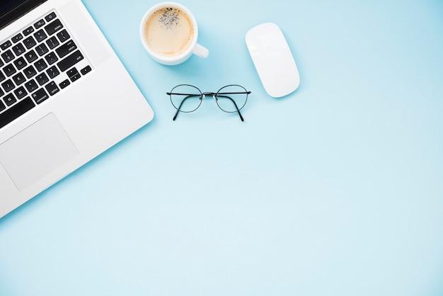 Escritorio ordenado y minimalista plano