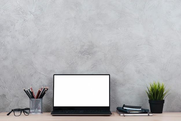 Escritorio con ordenador portátil y elementos de oficina