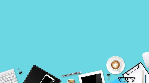 Escritorio plano comercial de vista plana o vista superior con computadora portátil, tableta de suministros de oficina, teléfono celular y taza de café usando para