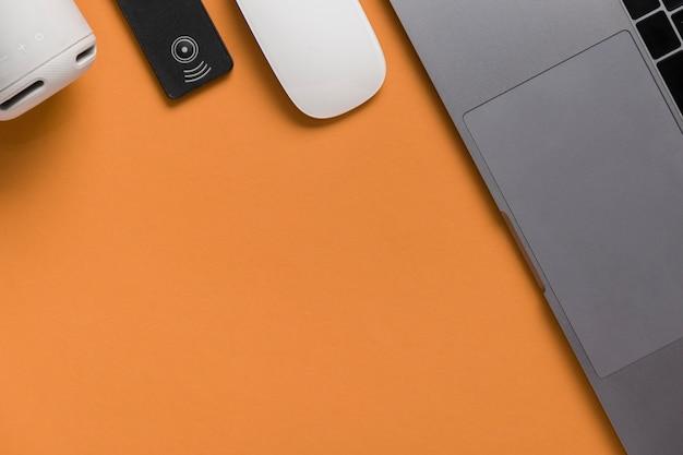 Escritorio plano laico con laptop y mouse