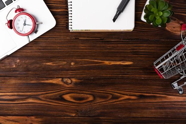 Escritorio plano de madera con carrito de compras