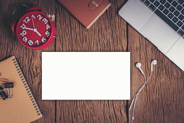 Escritorio plano de la oficina de la endecha, visión superior. fondo del espacio de trabajo