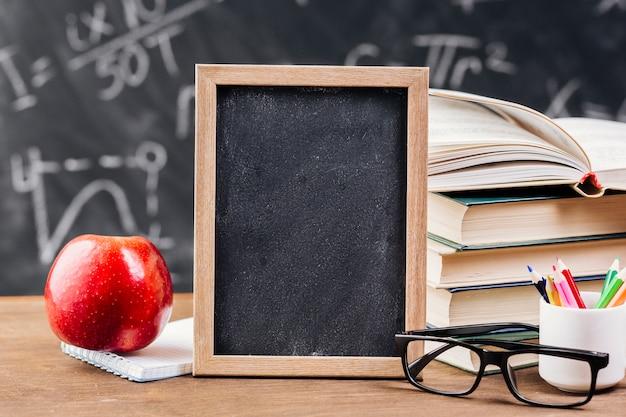 Escritorio del profesor con pizarra pizarra