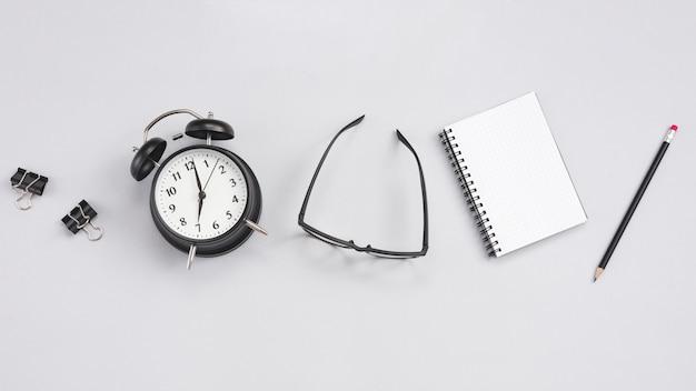 Escritorio con un reloj y elementos de oficina