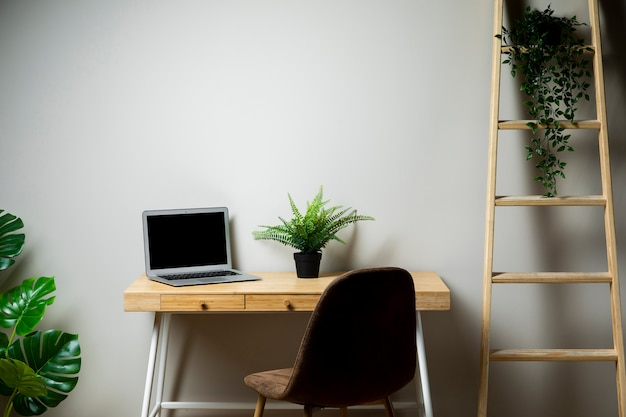 Escritorio simple con silla y laptop gris