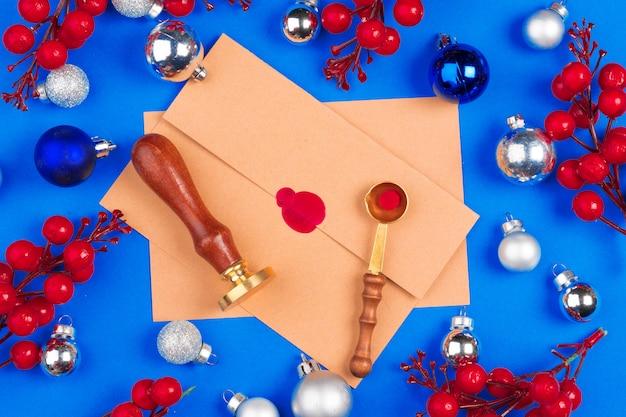 Escritorio con sobre y decoraciones navideñas. endecha plana. bosquejo