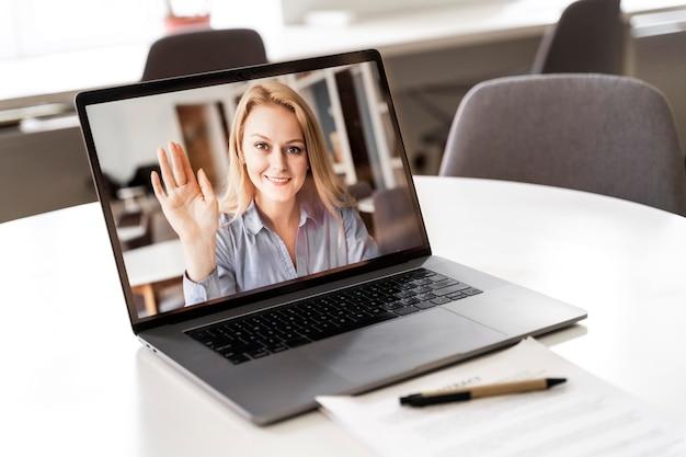 Escritorio sobre mesa con videoconferencia