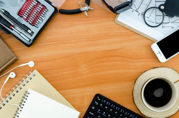 Escritorio con taza de café