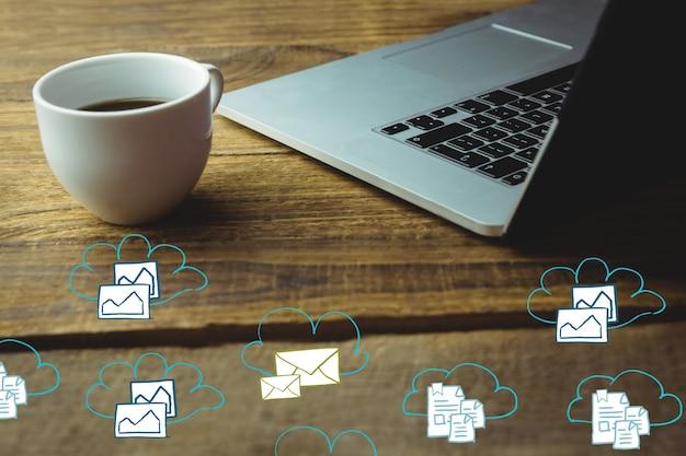 Escritorio con una taza y un portátil