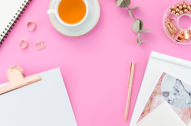 Escritorio con taza de té