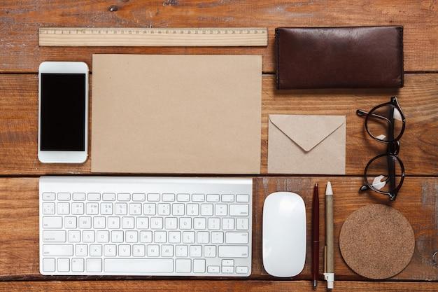 Escritorio de trabajo con accesorios