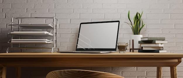 Escritorio de trabajo en casa simple en el interior de la habitación moderna suministros de oficina portátiles abiertos en el escritorio de madera
