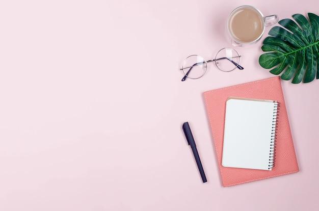 Escritorio de trabajo con cuadernos