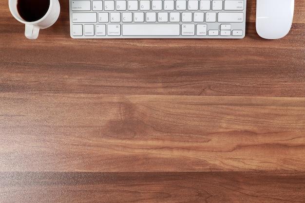 Escritorio de trabajo de madera con computadora y café