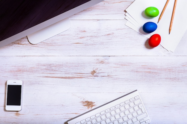 Escritorio de trabajo de negocios y felices vacaciones de pascua huevos multicolores fondo