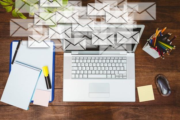 Escritorio de trabajo con sobres y portátil