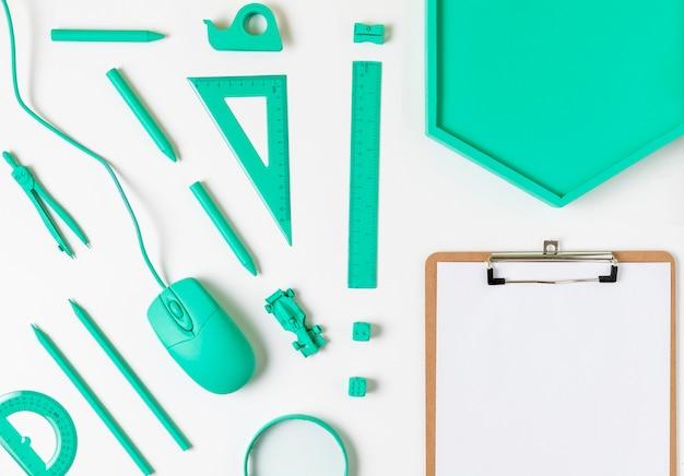 Escritorio con vista superior, accesorios y portapapeles azules mínimos