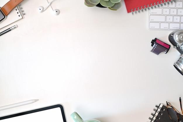 Escritorio de vista superior en el área de trabajo con suministros de oficina