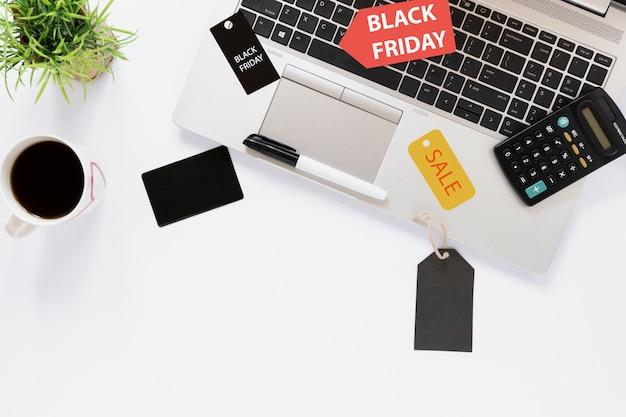 Escritorio de vista superior con laptop y etiquetas de venta