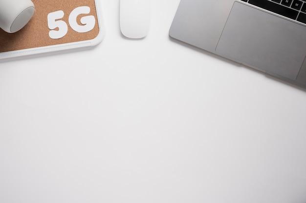 Escritorio de vista superior con laptop y texto de 5g