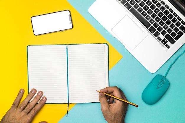 Escritorio de vista superior de oficina con cuaderno abierto