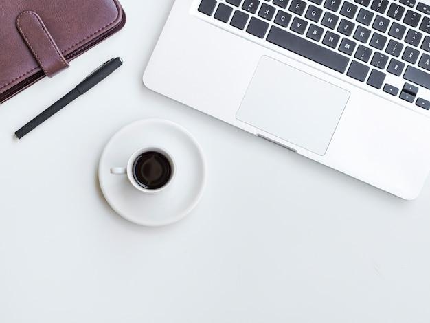 Escritorio de vista superior con taza de café