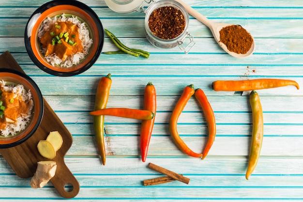 Escritura caliente cerca de curry y especias