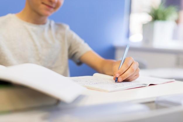 Escritura de lecciones en primer plano