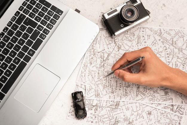 Escritura a mano de primer plano en el mapa