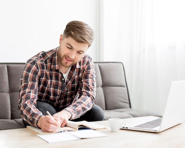 Escritura masculina sonriente
