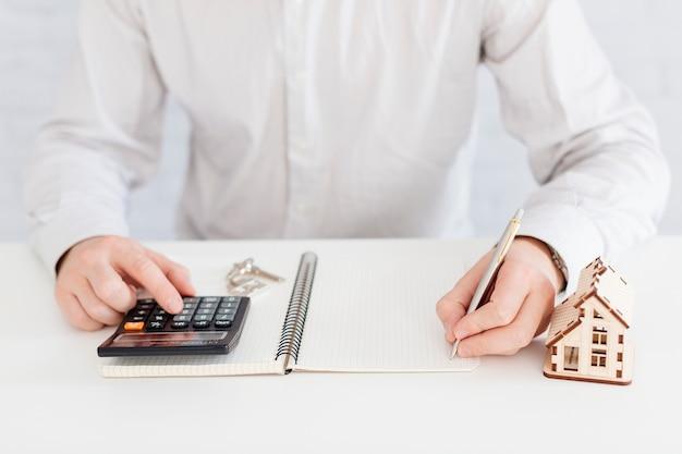 Escritura no irreconocible del agente inmobiliario