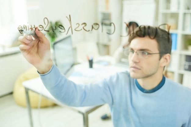 Escritura profesional de ti en pared de vidrio