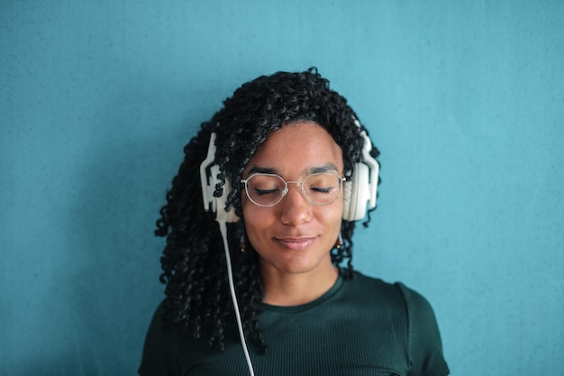 Escuchando música alegremente