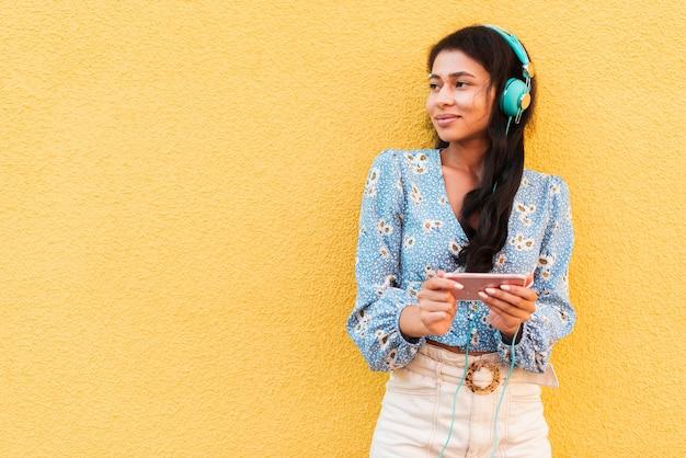 Escuchar música y usar el teléfono mientras mira hacia otro lado
