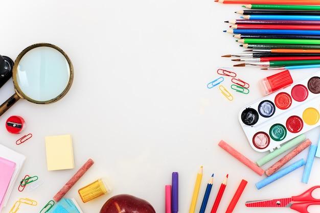 Escuela con cuadernos sobre fondo blanco.