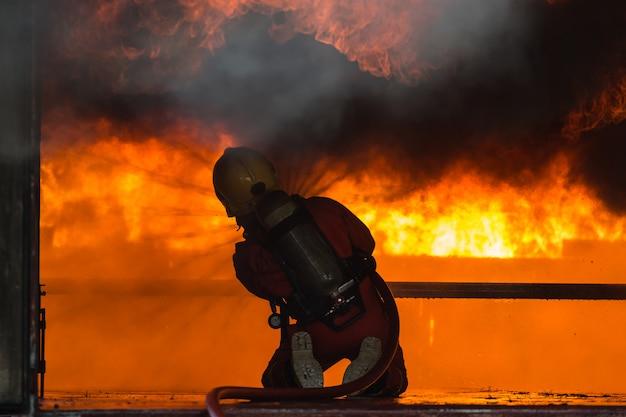 Escuela de entrenamiento de bomberos y rescate regularmente para prepararse.
