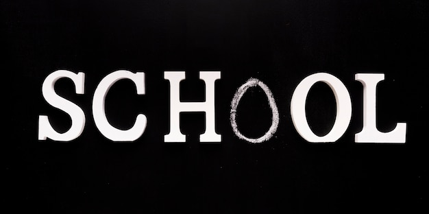 Escuela de inscripción sobre fondo negro.